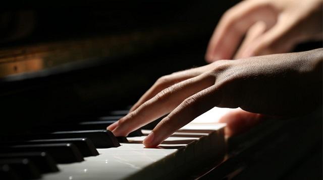 ピアノを演奏している人